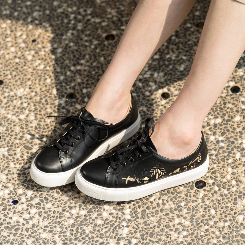 Brittany embroidered small shoes - bee