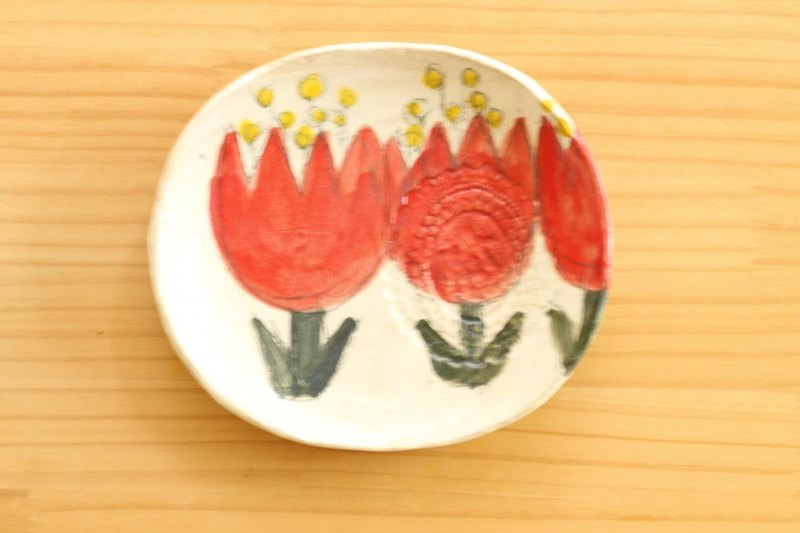 Powder red oval dish of flower.