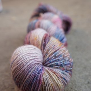 Hand-dyed lines. Pearl shell. (BFL100% / HT)