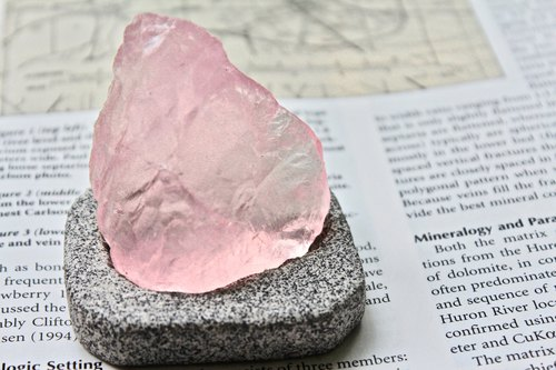Shishi SHIZAI - Pink Crystal ore with base
