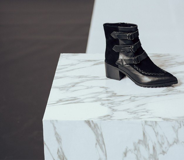 [Exhibition products clear]Borrow decoration wide tube serrated leather pointed boots black