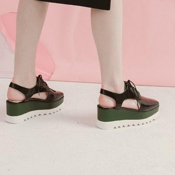 Side hollowing strappy platform leather sandals black green
