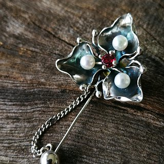 - under the beauty - pearl sterling silver brooch