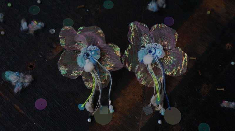 Embroidered blue-eye petal yarn ear clip