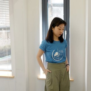 Hand-dyed blue dyed bamboo cotton t-shirt / spring breeze blowing your hair style
