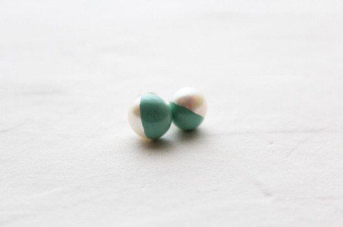 Two-tone pearl earring of color lacquer _ white-green (emerald)