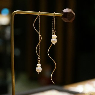 ITS-E105 [Pearl Ear Chain Series] Flat Round Freshwater Pearl Plated 14k Gold Wave Ear Chain Earrings