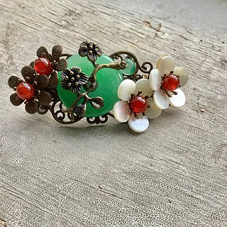 Meow hand ~ retro green floating flower peace jade deduction small spring hairpin / bronze bottom / white flowers