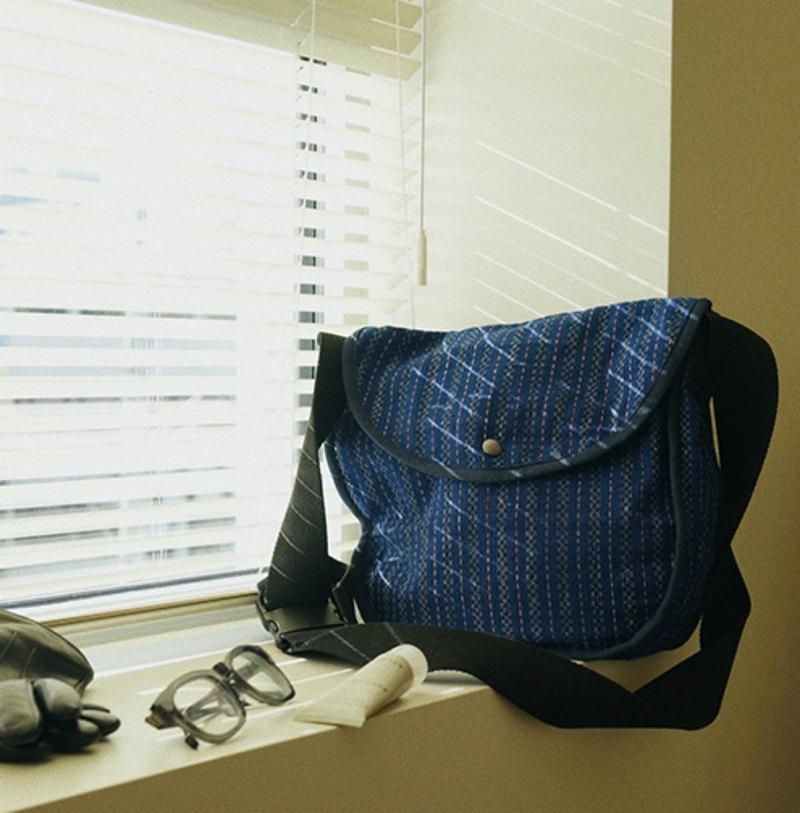 藍條紋土布 寬背帶斜背包 YKK拉鏈 背包可調節長度 藍染手織布