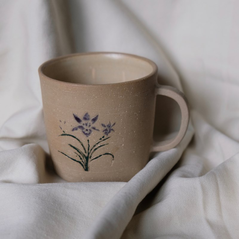 Iris flower carving cup