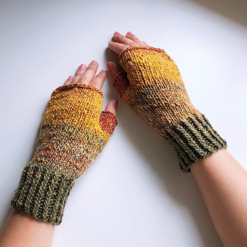 Xiao fabric - hand-woven gradual mitts - people on the beach