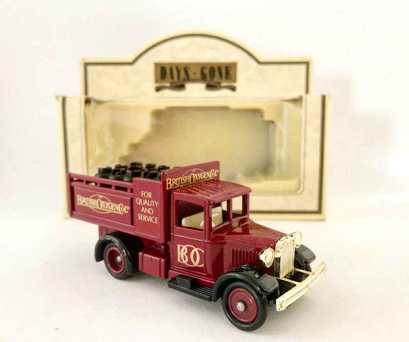 British Early Classic Truck Oxygen Cart Truck (With original box) (Pinkoi Limited) (J)