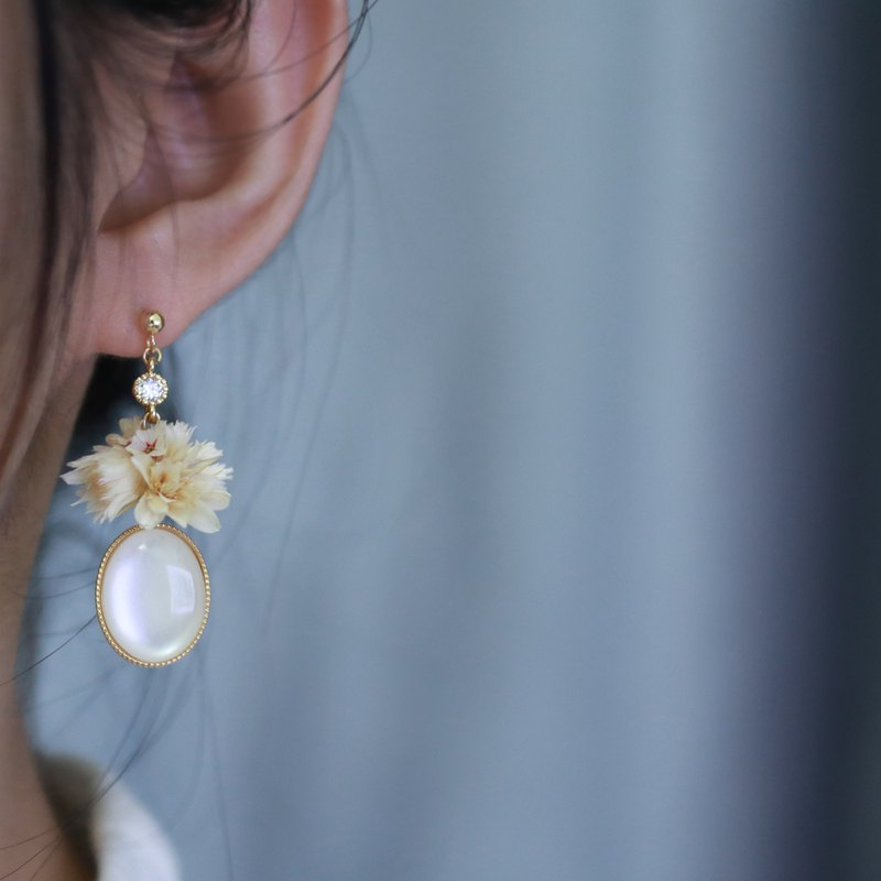 Flower ball two white flowers and zircon dry flower earrings