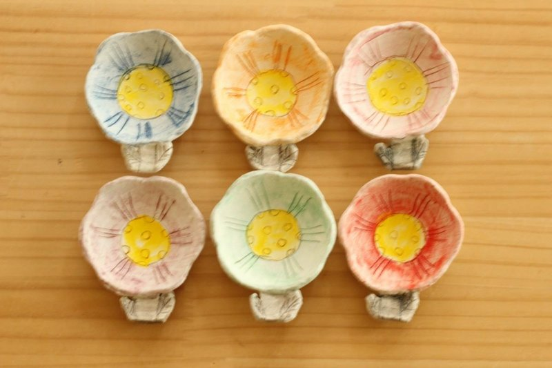 Small dish with powder chopstick rest for colorful flowers.