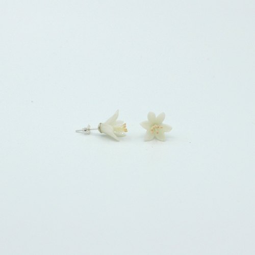 Pamycarie twig clay lily earrings