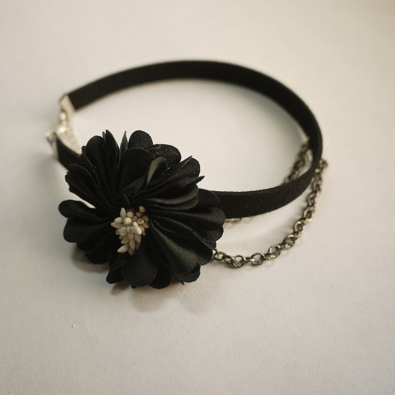 Noble chain necklace with a single flower. Jet black models] [Panna Cotta