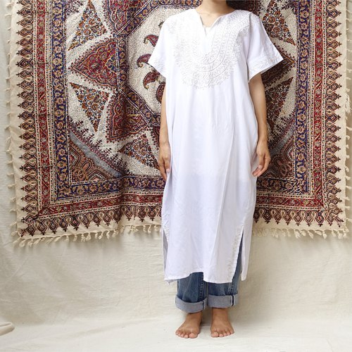 *BajuTua / vintage / Middle Eastern men's silk flower pure white robe