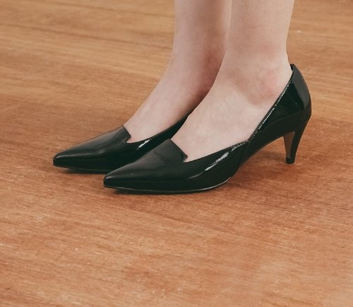 Shallow mouth side of the fork tip leather low heels mirror black