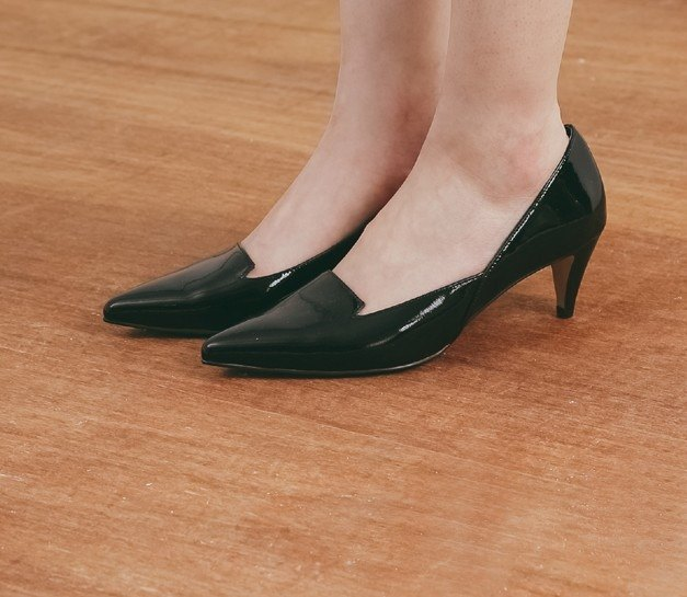 Shallow mouth side open pointed leather low heel shoes mirror black