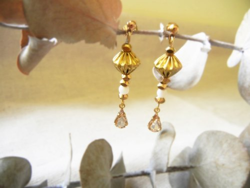 *coucoubird*Light Gemstone Vintage Brass Earrings / Champagne Water Drop Gems