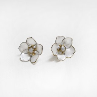 half's half- bloom (large flowers Pearl White) - Flower / Drilling / auricular / ear clip / needle / earrings / resin