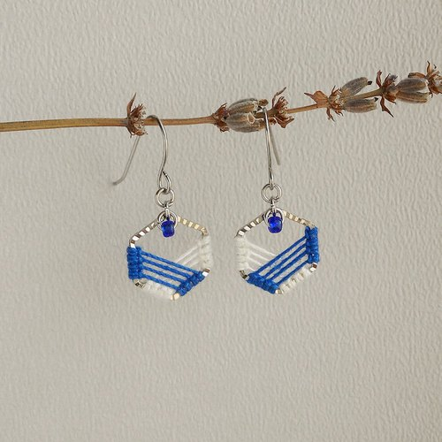 Hit color Honeycomb Macrame Earrings blue Ivory