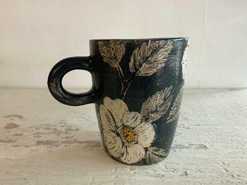 白山茶花刻畫陶杯(售完再製款)_陶器馬克杯
