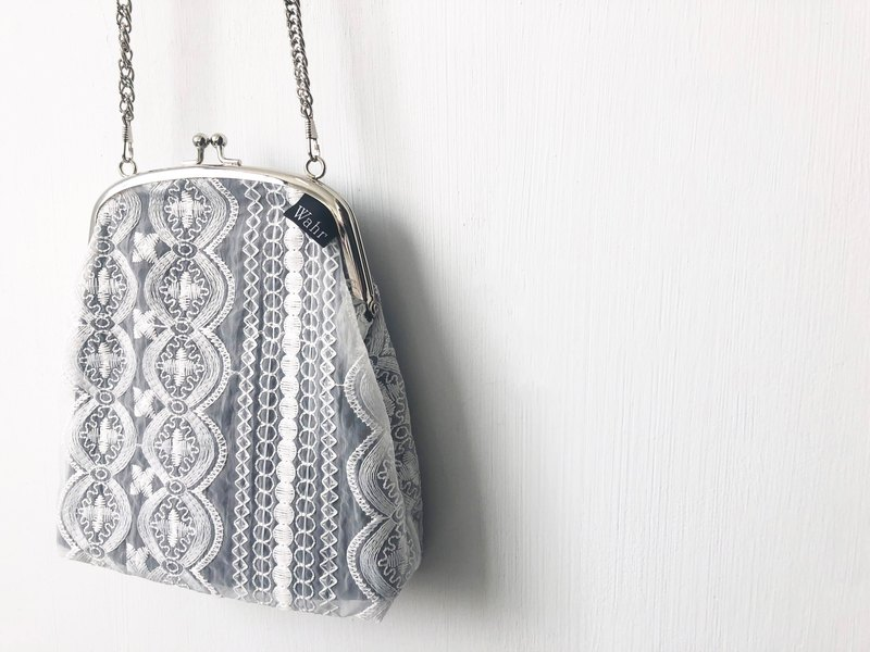 Wahr_ Chiffon white clasp frame bag/with chain/ cosmetic bag /