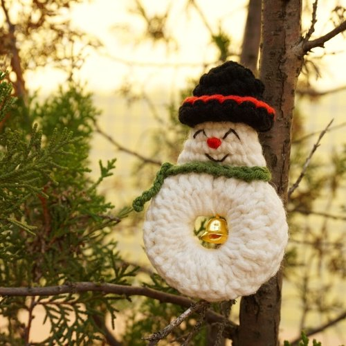 (Christmas gift exchange) independent of original series · Christmas snowman brooch hand-crocheted
