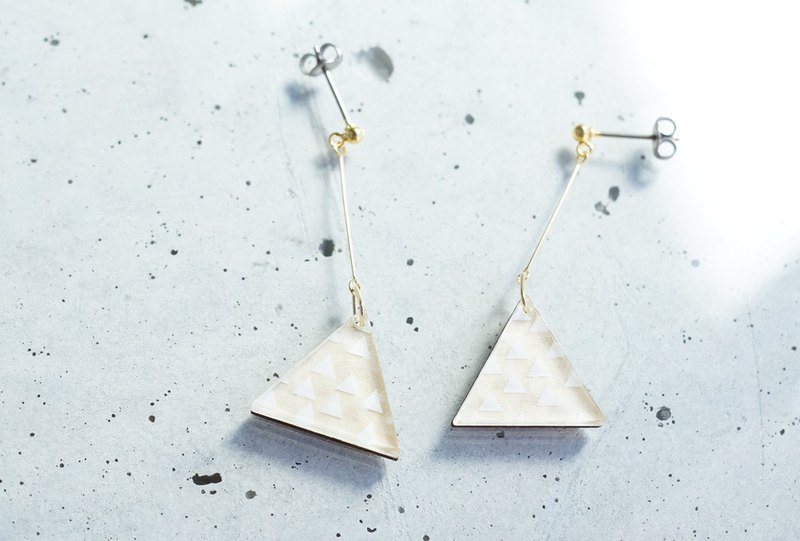 Swing San Kaku tsubutsubu earrings / WHITE