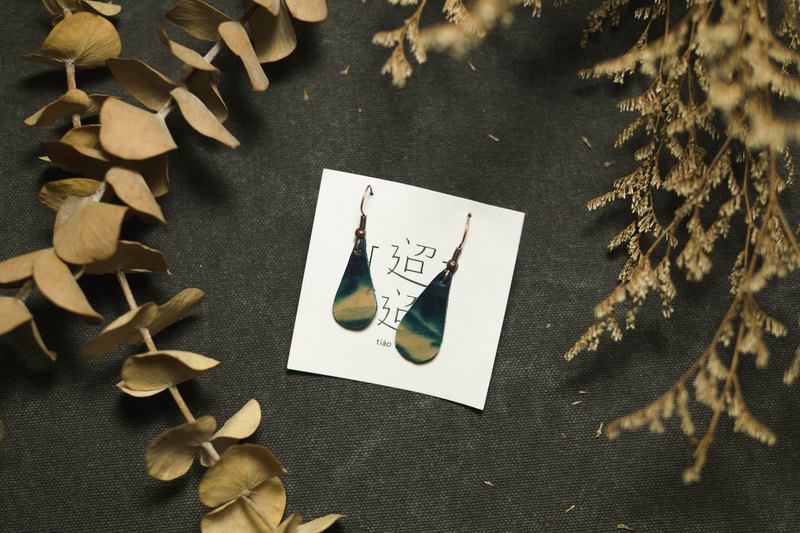 [] Sky span tiaotiao debris earrings - water droplets - handmade leather / limited edition / blue dye / Render / sky / clouds / earrings / drape