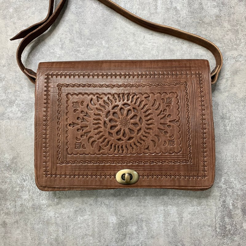 Lalla Moroccan hand knocking flower square bag M Walled brown wheat