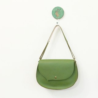 Small bangs to the left side of the leather side of the saddle bag autumn green only one