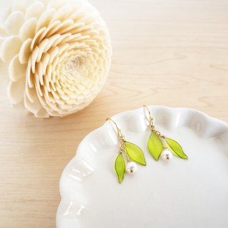 fresh leaves & freshwater pearl pierced earrings or clip-on earrings・short