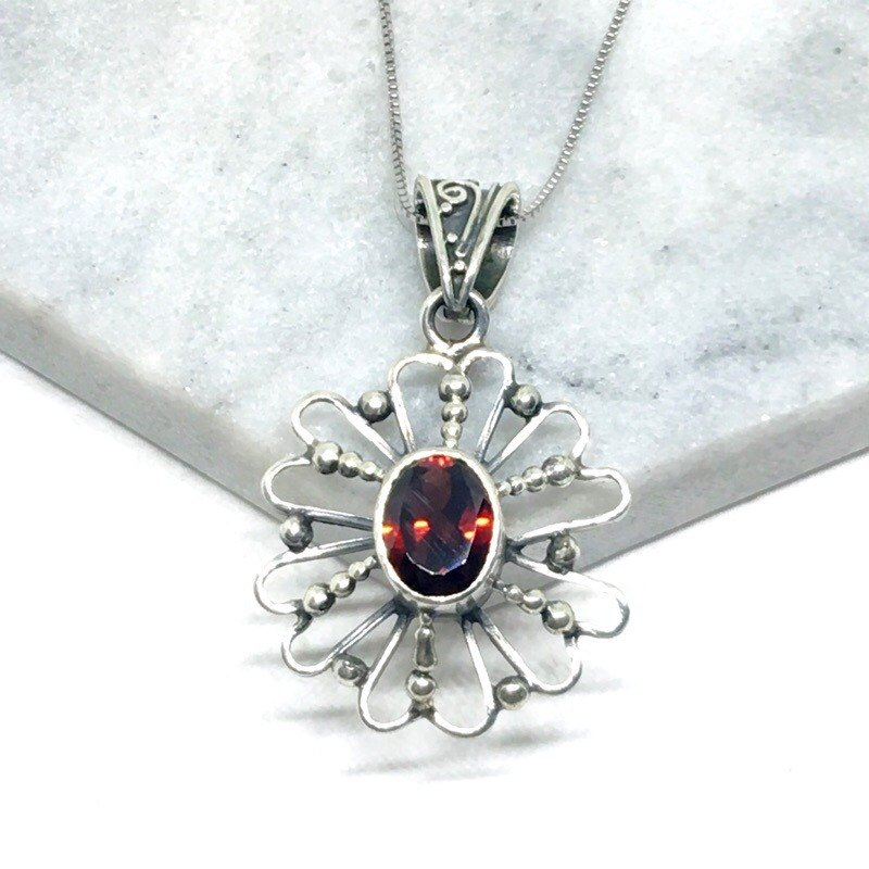 Garnet 925 sterling silver three - dimensional flower - shaped necklace Nepal handmade mosaic production