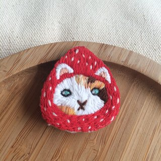 C'est trop Mignon \\ * handmade embroidery strawberry hat cat embroidery three pins