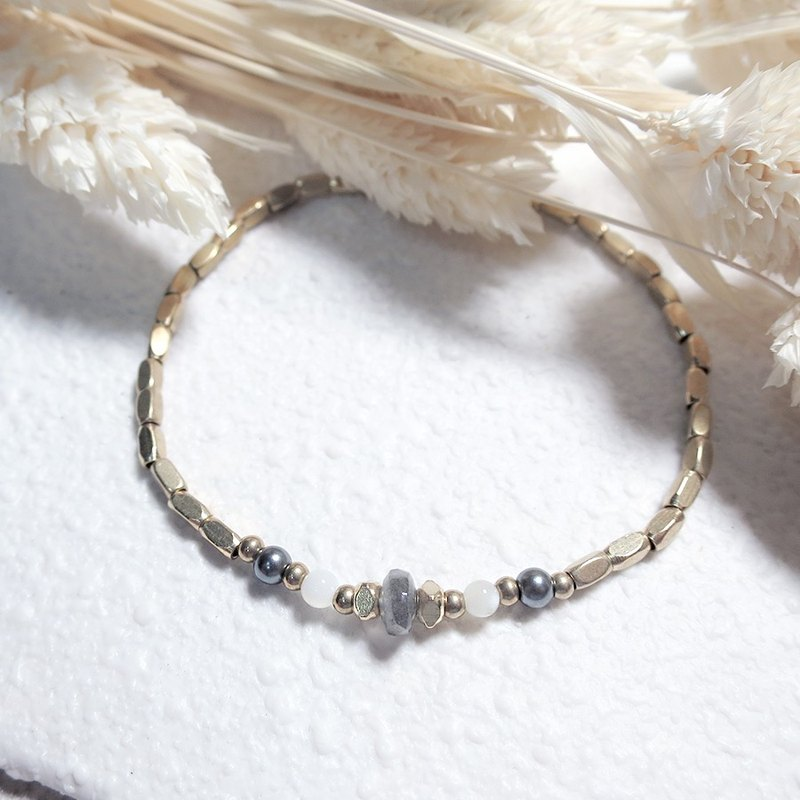 VIIART. Ray - North. Labradorite shell beaded brass bracelet