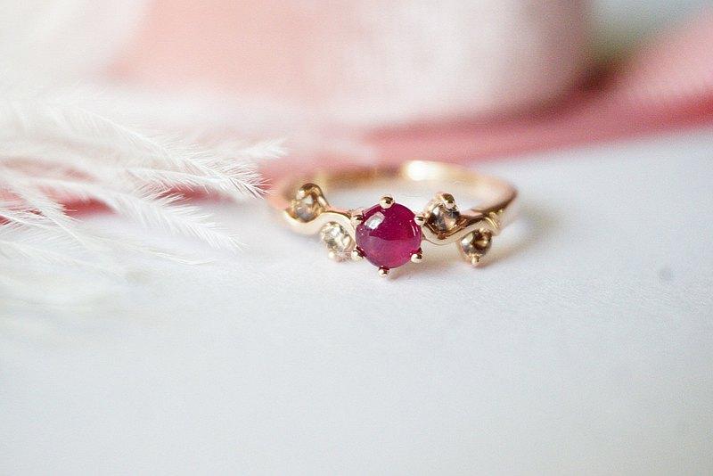 漂亮的棕色鋯石紅寶石戒指真正的銀色錶殼