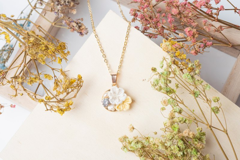 [Small bells] つまみ fine work / freshwater pearl crystal and wind cloth flower necklace (cream yellow)