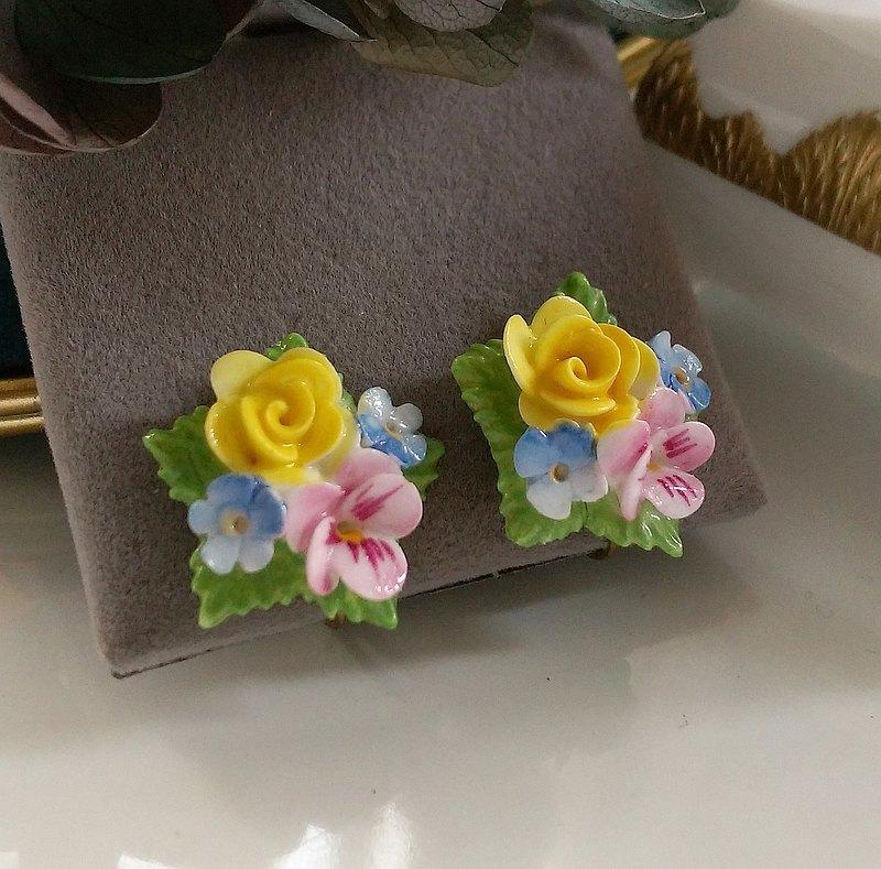 英國製  立體勿忘我黃玫瑰三色堇簇 栓式耳環。西洋古董飾品