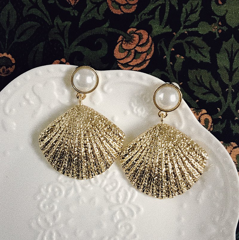 Antique Earrings | Golden Classical Shell | CAA050