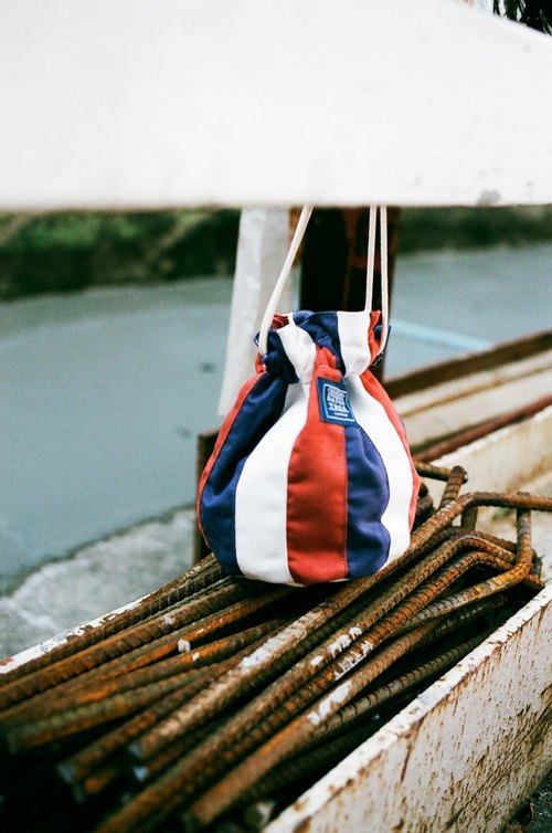 Side of the bucket bag _ French color