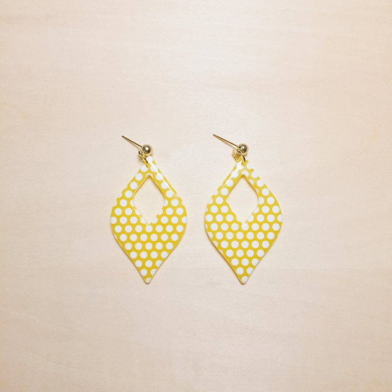 Retro dot light yellow openwork blade big earrings