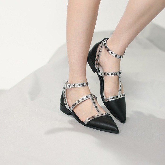 [Show products clear] rivet decoration around the pointed tip Roman leather sandals silver black