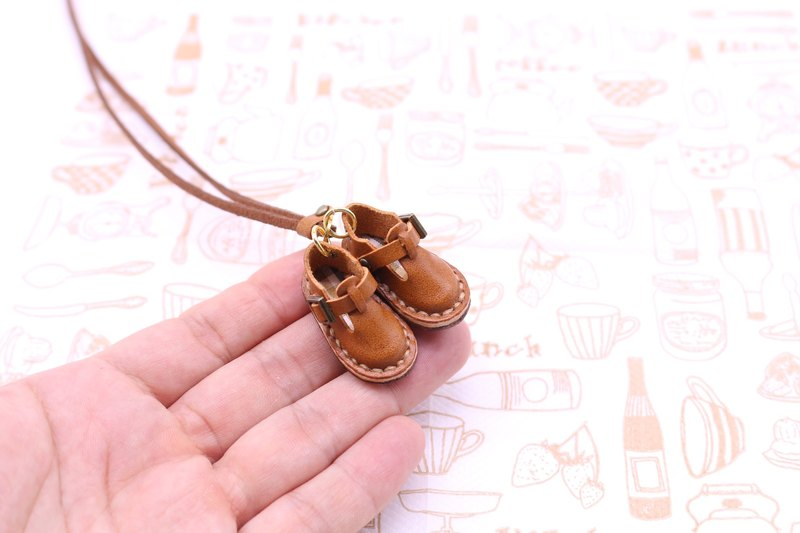Small leather Sabo shoes necklace | chocolate