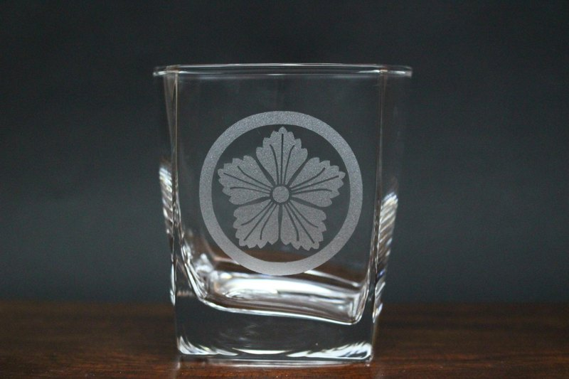 Edo Narcotic pattern crest rock glass