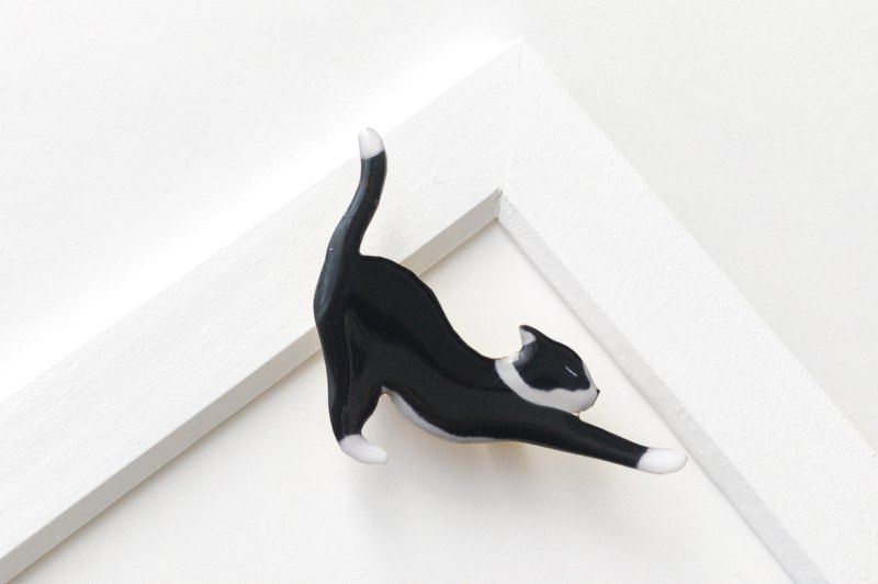 Black and white cat brooch 2