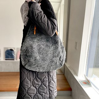Round tote bag of genuine leather Angola velor and extremely thick oil nude [Charcoal gray]