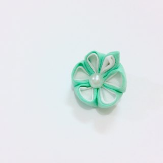 Kanzashi green fabric flower lapel pin (つまみ細工)
