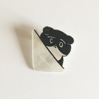 Chirari black and white cat's Plavan brooch from the wall